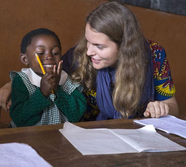 Frederike Decker assisting a pupil in school
